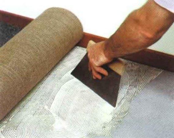 Укладываем ковролин, используя клей