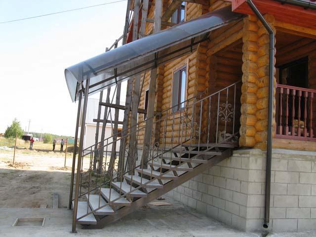 Навес над крыльцом из поликарбоната с каркасом из стального профиля