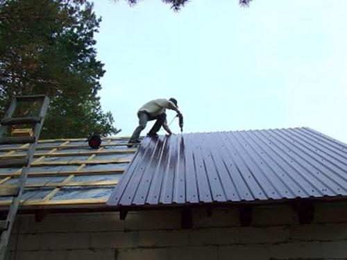 Укрываем крышу профнастилом своими руками
