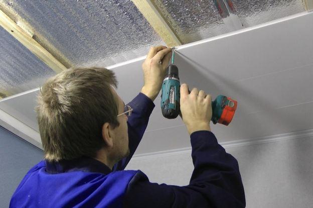 как сделать подвесной потолок из пластиковых панелей