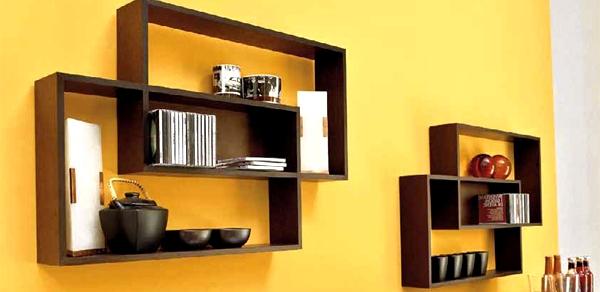 Оригинальные полки из дерева на стену в кухне