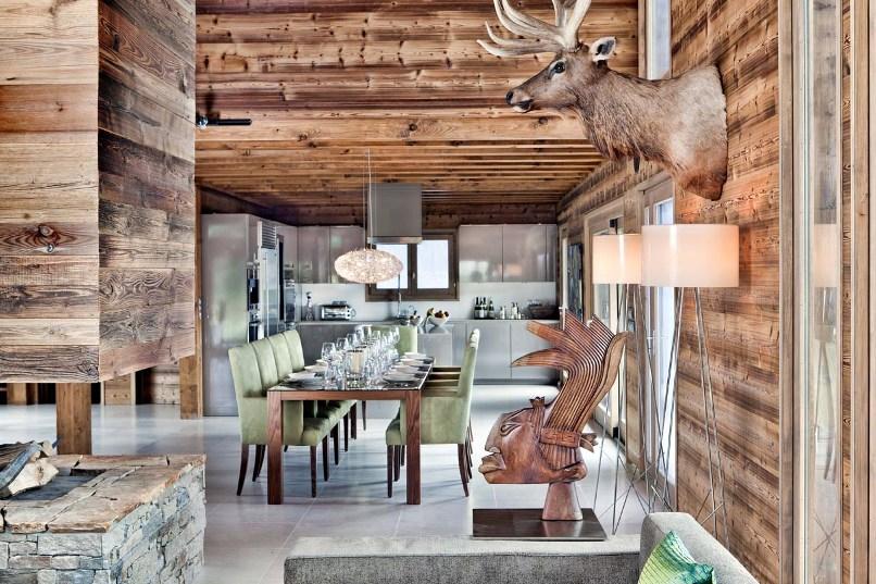 Кухня в стиле шале в доме из дерева