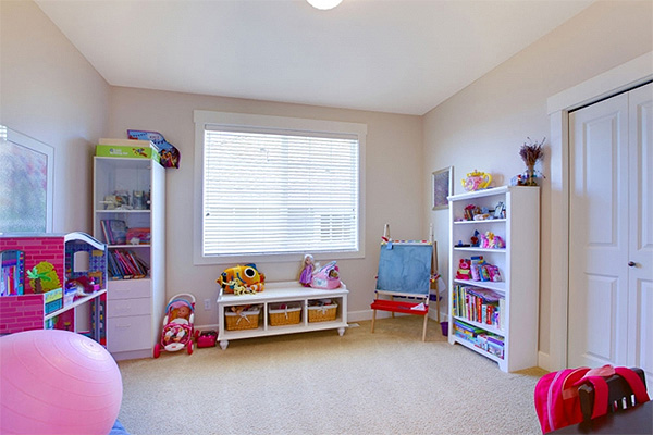 Простой натяжной потолок в детской