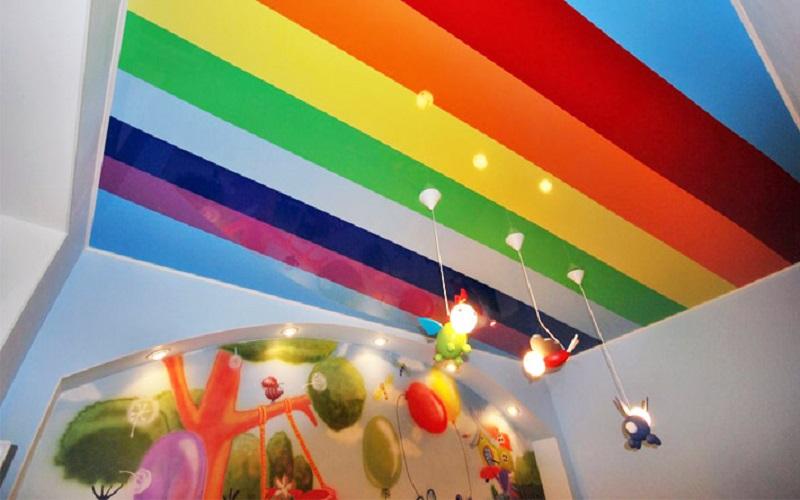 Яркий натяжной потолок для детской комнаты