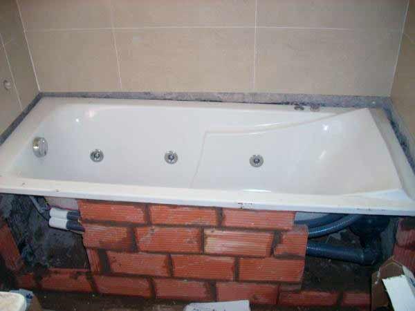 Монтаж акриловой ванны на кирпичное основание