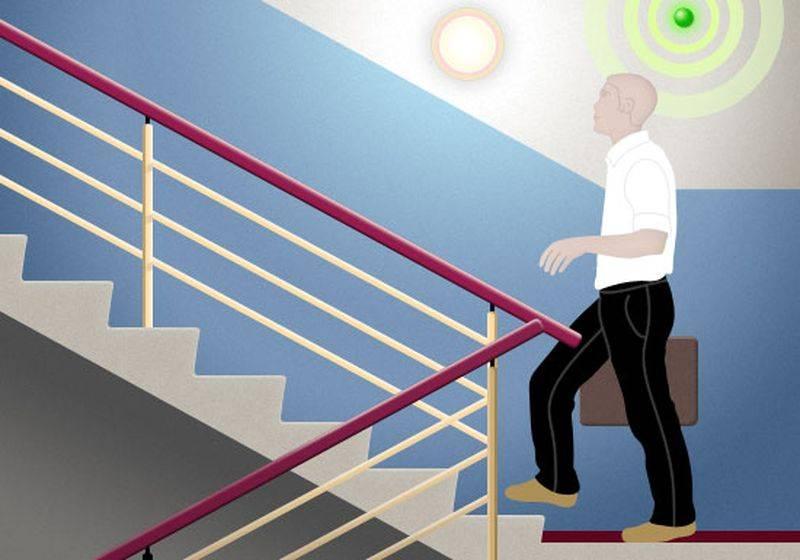Потолочный датчик движения автоматически включает или отключает освещение