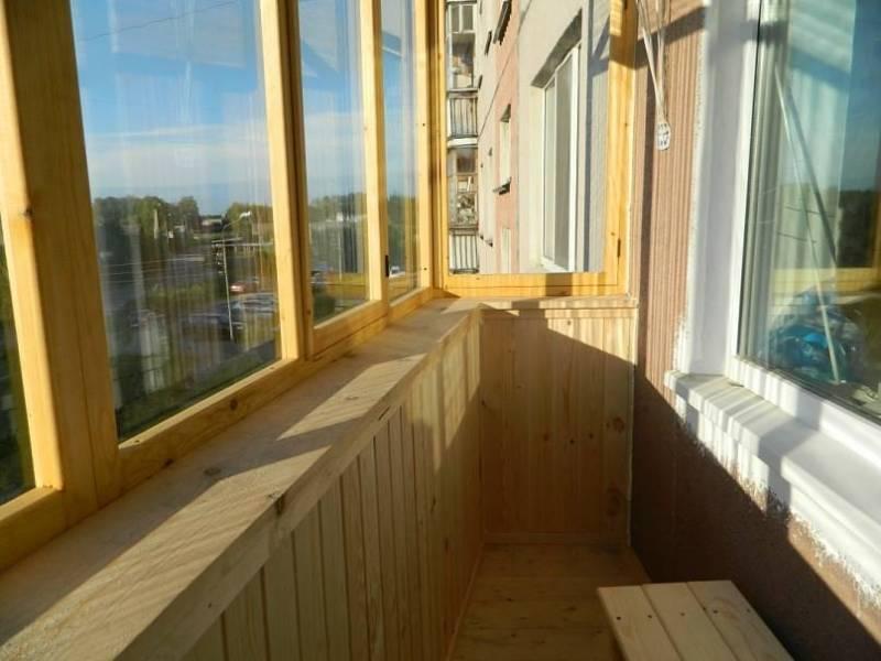 Деревянное остекление балкона квартиры