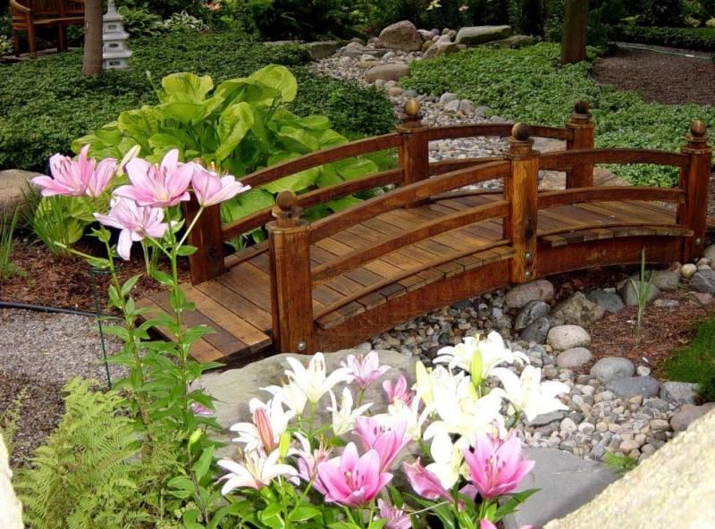 Садовый мостик через сухой ручей