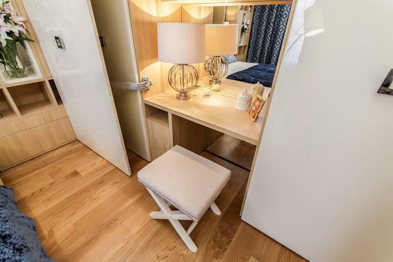Встроенный туалетный столик в спальне