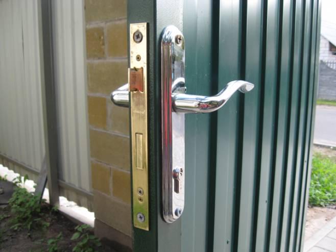 установка дверного замка на калитку из профнастила