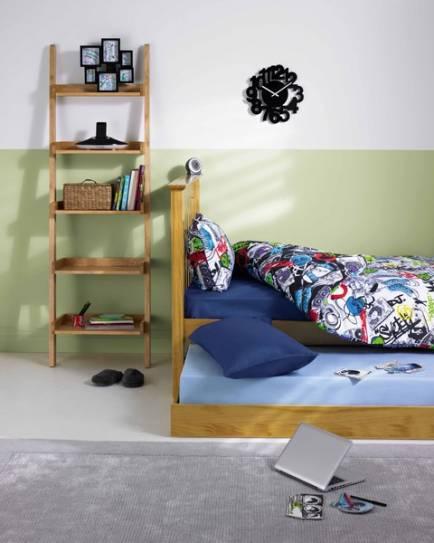 Узкий стеллаж в спальне