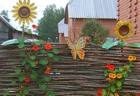 Забор из бросового материала фото