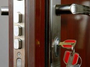 Необходимо заменить замок на входной металлической двери? Как это сделать?