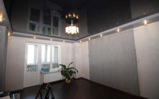 Натяжной потолок черного цвета