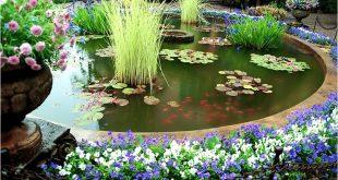 Красивый искусственный водоем в саду