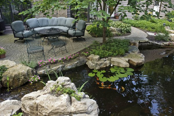 Искусственный водоем в саду — символ энергии