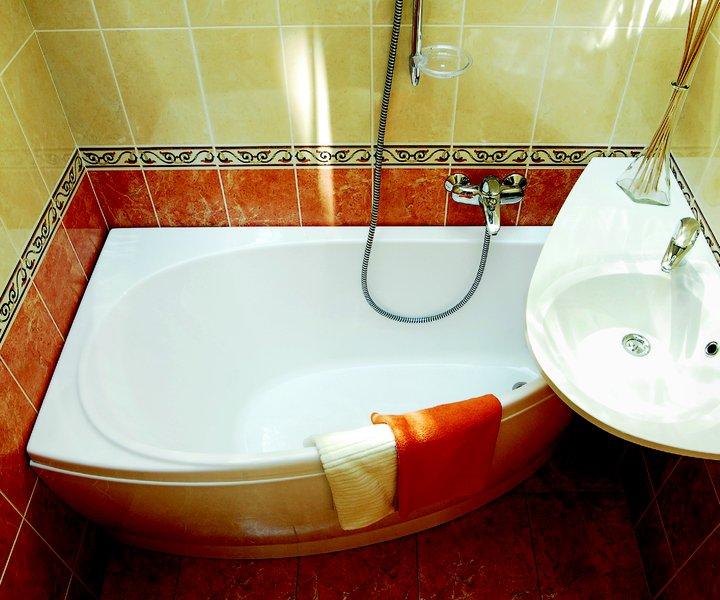 Интерьер ванной комнаты с бортиком над ванной