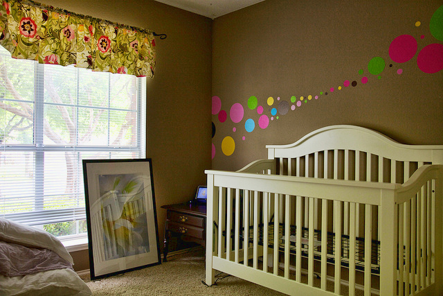 Оформляем стены в комнате у ребенка