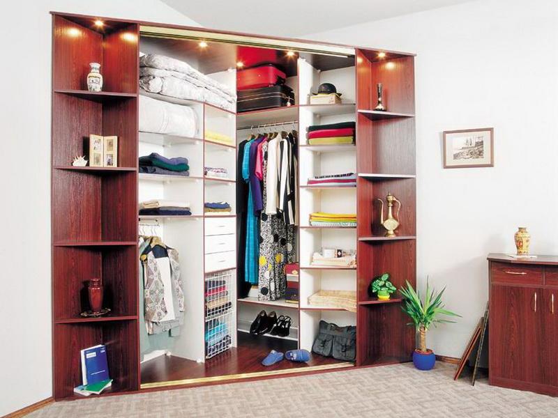Угловые шкафы-купе: практичная мебель для хранения вещей