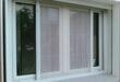 moskitnaya setka plisse na okne s otkrytiem v storony